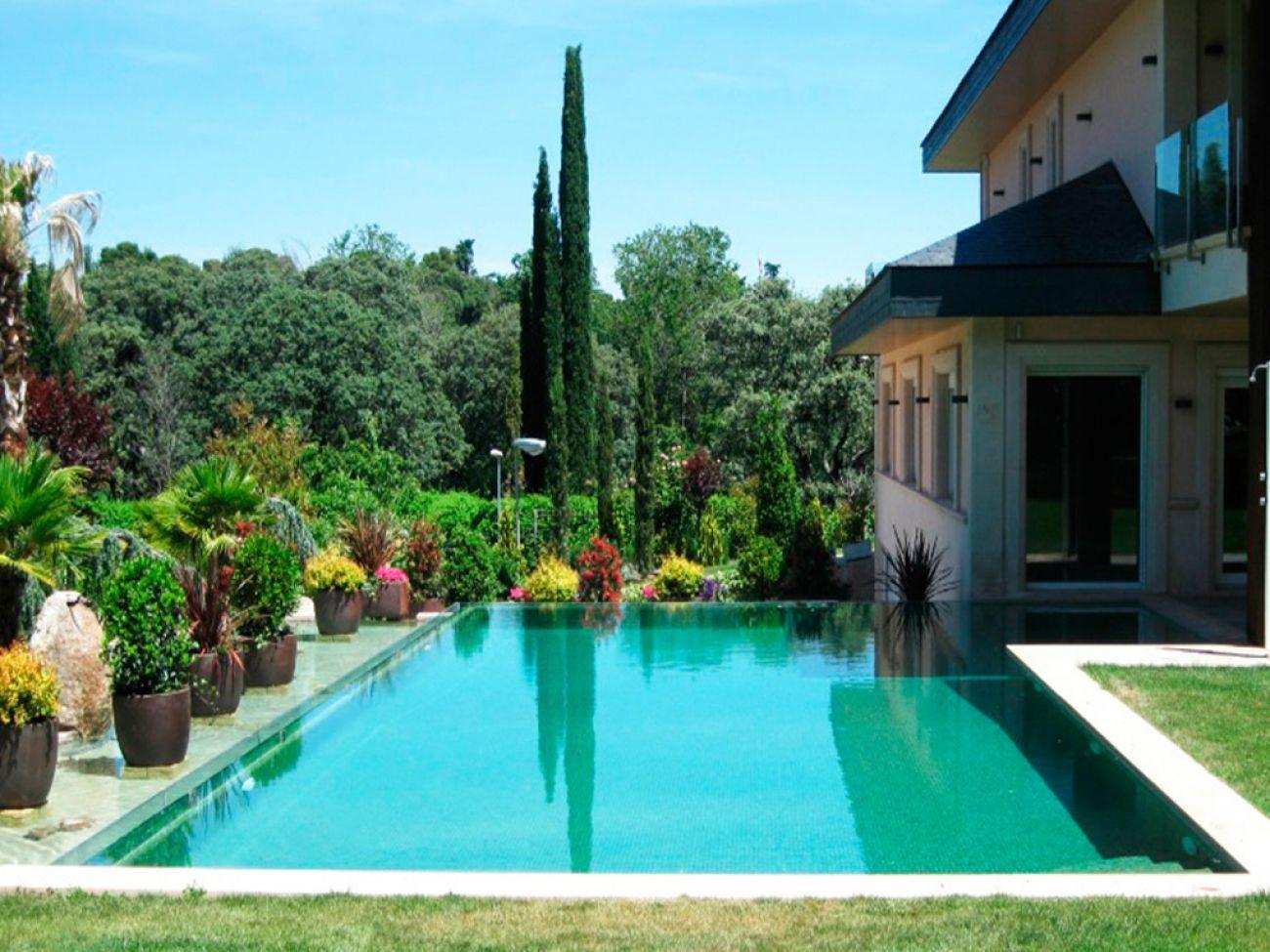 Construcci n de piscina desbordante infinity en madrid for Piscina de alcobendas